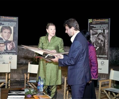 La Presidente del Premio Adriana Beverini e il premiato Francesco Giorgino