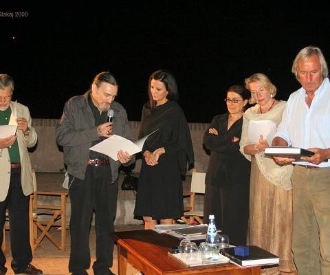 L'artista Piero Colombani consegna una sua opera ai premiati